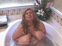 Curvy Sharon-Spying mommies bath