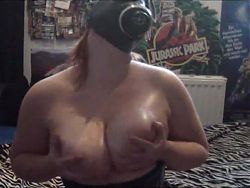 German Gothic Girl in Gasmaske massiert ihre fetten Titten